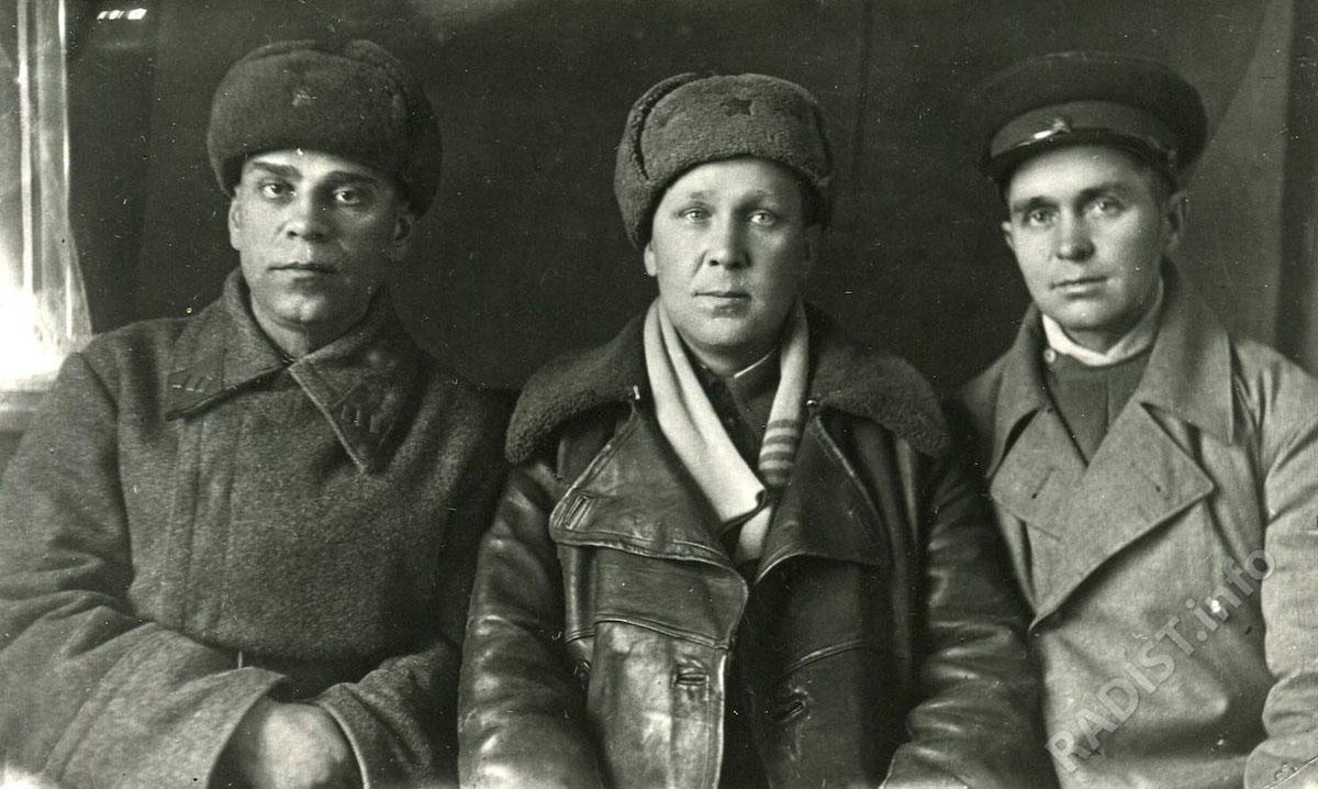 В центре И.П. Храмков, слева начальник штаба Редькин Иван Ефимович, справа радист штаба Даныш Григорий Петрович, 1941-1945 гг.