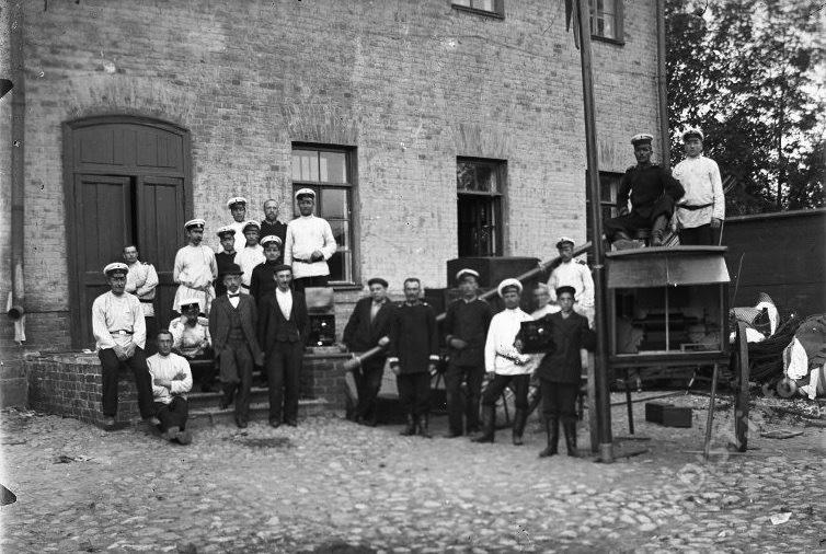 Во дворе телеграфной роты Д.С. Троицкого. П.Н. Рыбкин (в котелке) стоит первый на ступеньках. Кронштадт, 1902 г.