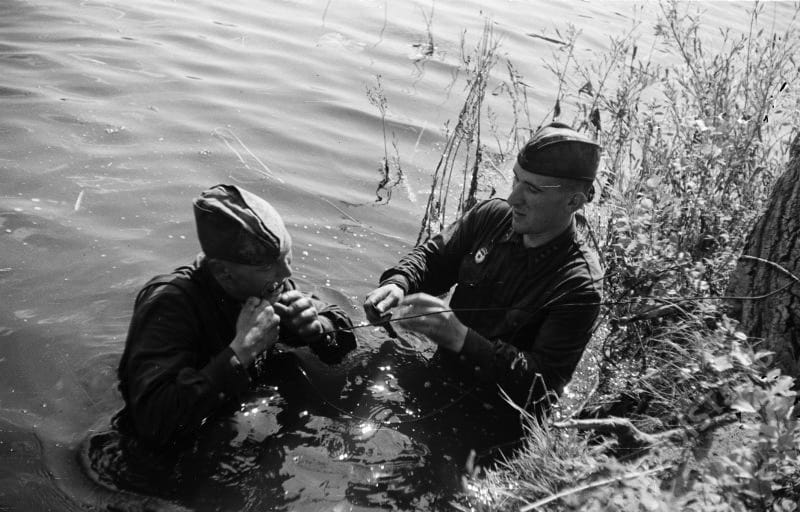 Военнослужащие 2-го отдельного гвардейского полка связи 40-й армии гвардии сержант Алексей Семенович Панов и гвардии старшина Константин Матвеевич Ермаков прокладывают кабель через реку южнее Воронежа, 1942-1943 г.г.