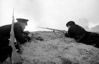 Связисты - старшина 2-й статьи Шубин И., в руках у него кабель связи, он устанавливает связь независимо от условий обстановки, справа - краснофлотец Кискунов М., ведёт наблюдение за противником (северная часть Мамаева кургана). г. Сталинград, сентябрь 1942 г.
