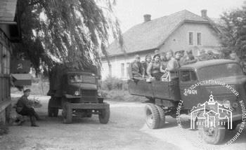 Участники освобождения Севастополя, воины-связисты 8-го отдельного полка связи 8-й воздушной армии, 4-й Украинский фронт, перебазируются на трофейных грузовых автомобилях «Шкода». Чехословакия, г. Моравска-Острава, 1945 г.