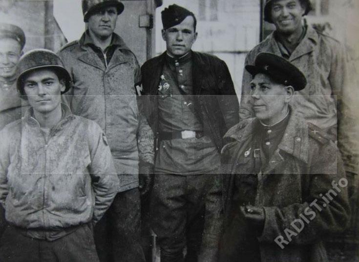 Встреча воинов 117 стрелковой дивизии с американскими солдатами, среди них - радист 160 отдельного батальона связи гвардии сержант Кормич Алексей Михайлович, военфельдшер 160 отдельного батальона связи Юлдашев. г. Торгау (на р. Эльба), Германия, конец апреля 1945 г.