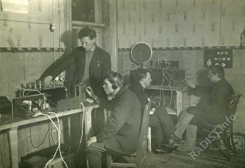 Занятия на курсах подготовки радиотелеграфистов. На снимке комната с двумя радиотелеграфными установками, возле каждой из которых по два человека. Ямало-Ненецкий национальный округ, 1928 г.