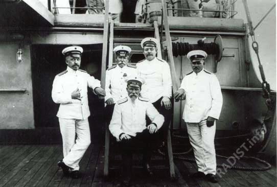 П.Н. Рыбкин (слева), старший судовой механик крейсера «Африка» В.П. Сперанский (сидит) и минные офицеры, помогавшие при проведении опытов по телеграфированию в 1897 году.