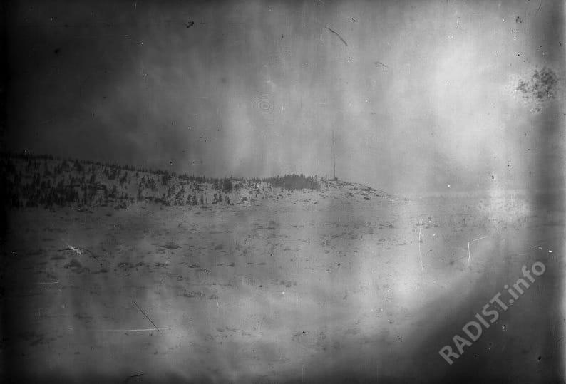 Берег с мачтой радиостанции на о. Гогланд, снимок 1900 г.