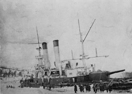 Броненосец береговой обороны «Генерал-Адмирал Апраксин» на камнях у о. Гогланд, 1899 г.