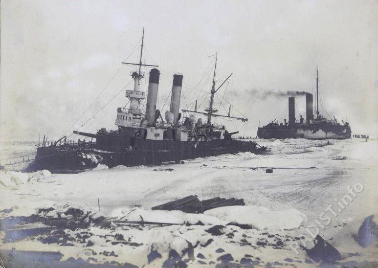 Броненосец береговой обороны «Генерал-Адмирал Апраксин» на камнях у о. Гогланд в аварийном состоянии и ледокол «Ермак», 1899-1900 гг.