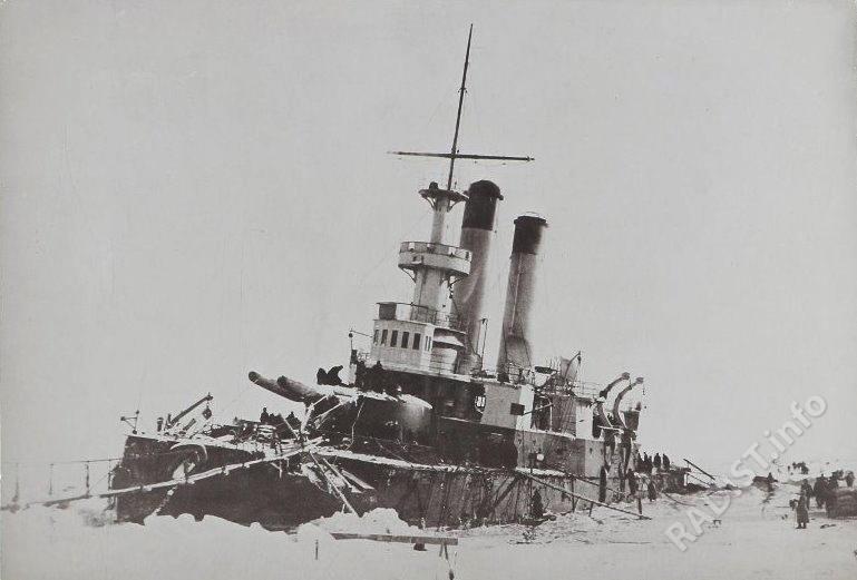 Броненосец береговой обороны «Генерал-Адмирал Апраксин» на камнях у острова Гогланд, 1899 г.