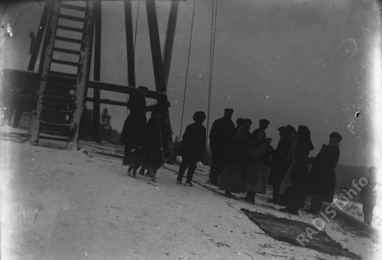 Группа финнов у радиомачты в Котке, 1900 г.
