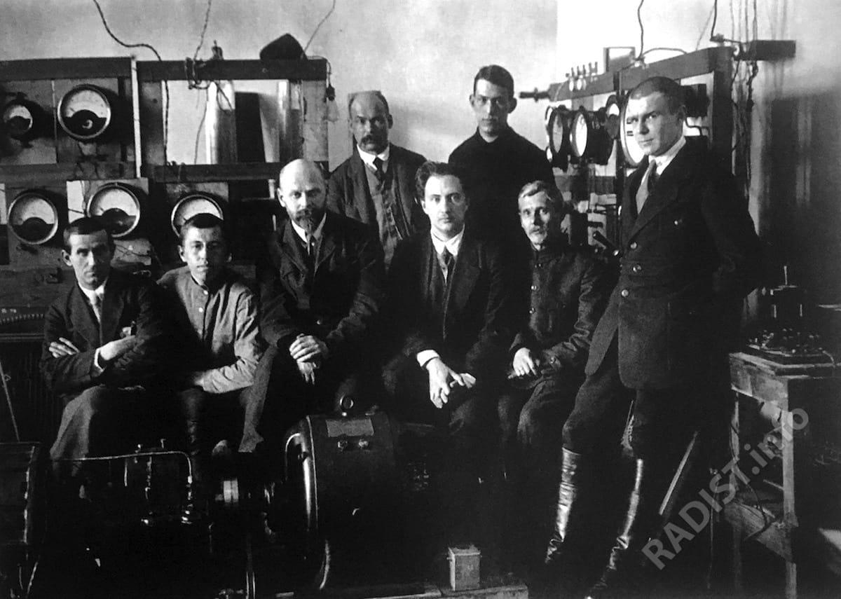 Группа участников постройки машины высокой частоты в лаборатории инженера В.П. Вологдина (третий слева). Нижегородская радиолаборатория, г. Нижний Новгород, апрель 1923 г.