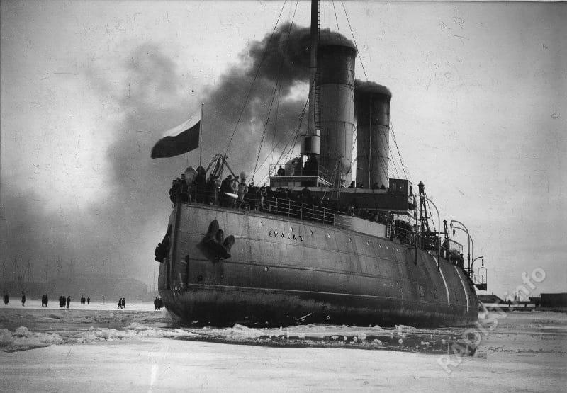 Ледокол «Ермак». Построен по проекту и под наблюдением С.О. Макарова на заводе Армстронг-Витворта в Ньюкасле, Англия. Снимок сделан в Кронштадте после арктического плавания 1900 г.