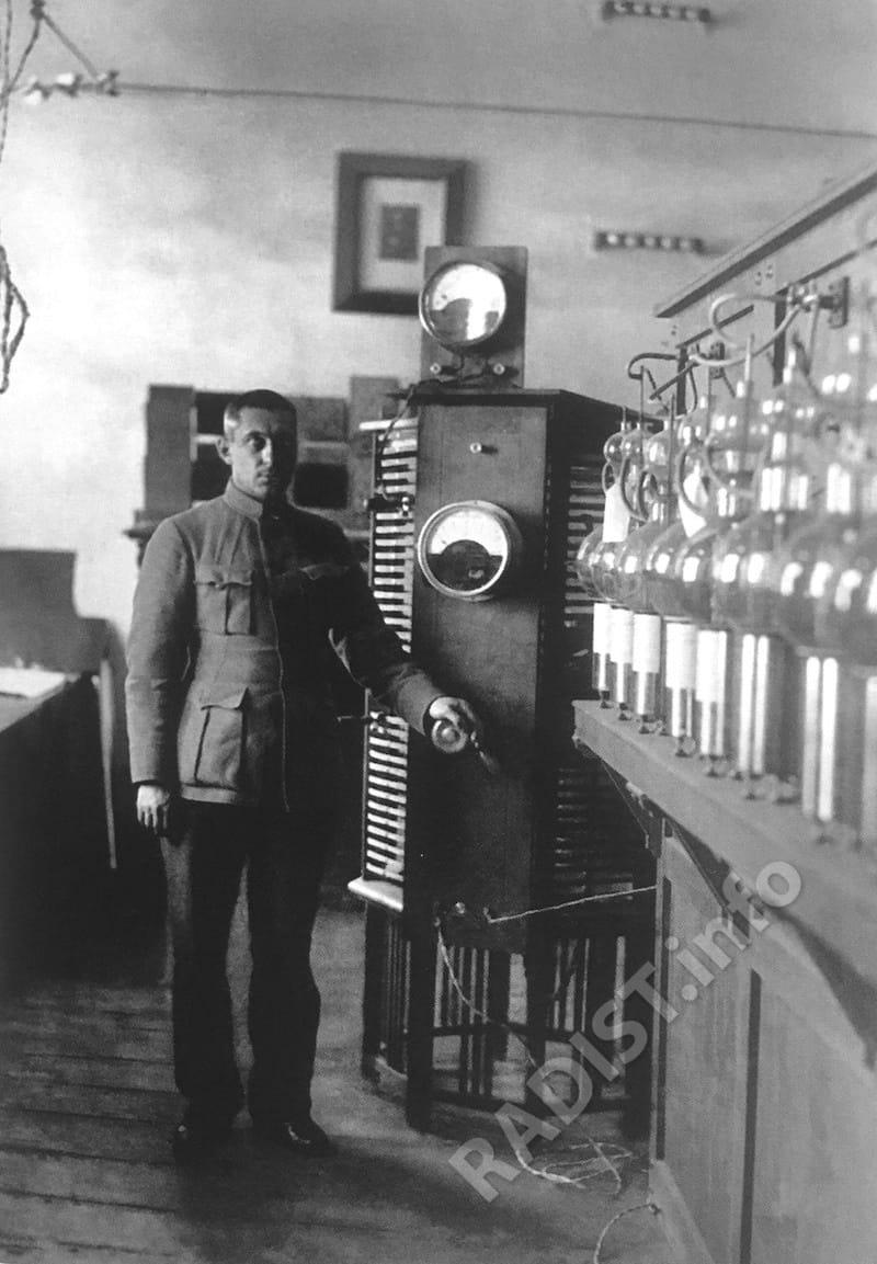М.А. Бонч-Бруевич у разработанного им передатчика. Нижегородская радиолаборатория, г. Нижний Новгород, апрель 1923 г.