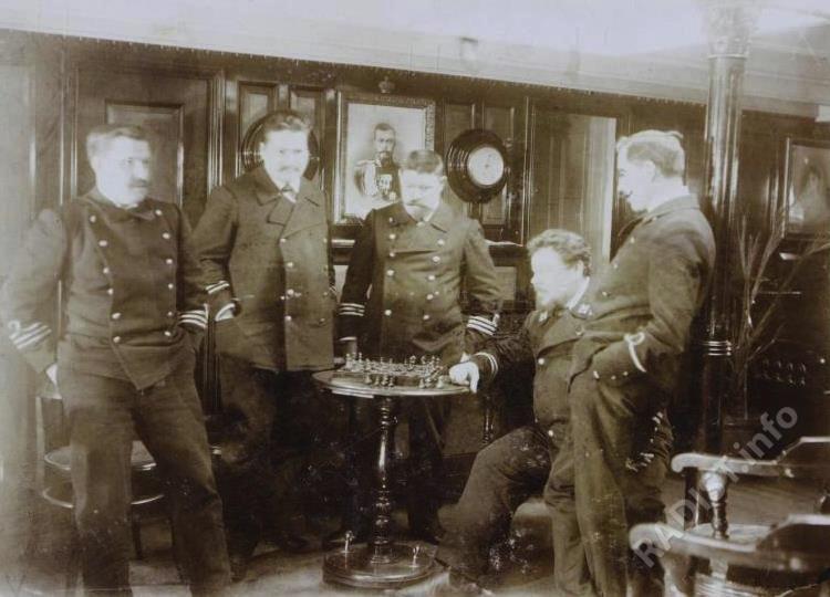 Офицеры в кают-компании ледокола «Ермак» в часы отдыха (за игрой в шахматы), 1904 г.