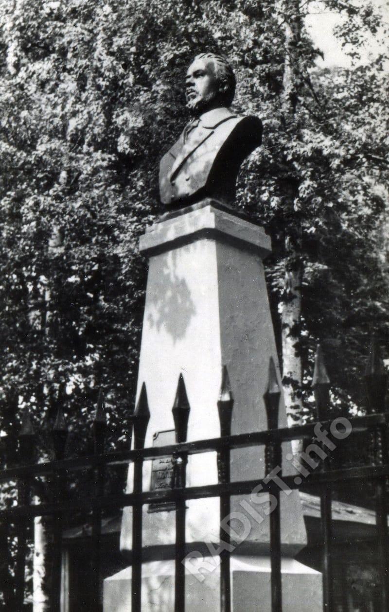 Памятник изобретателю радио А.С. Попову в Кронштадте. Снимок в период 1945-1955 годы