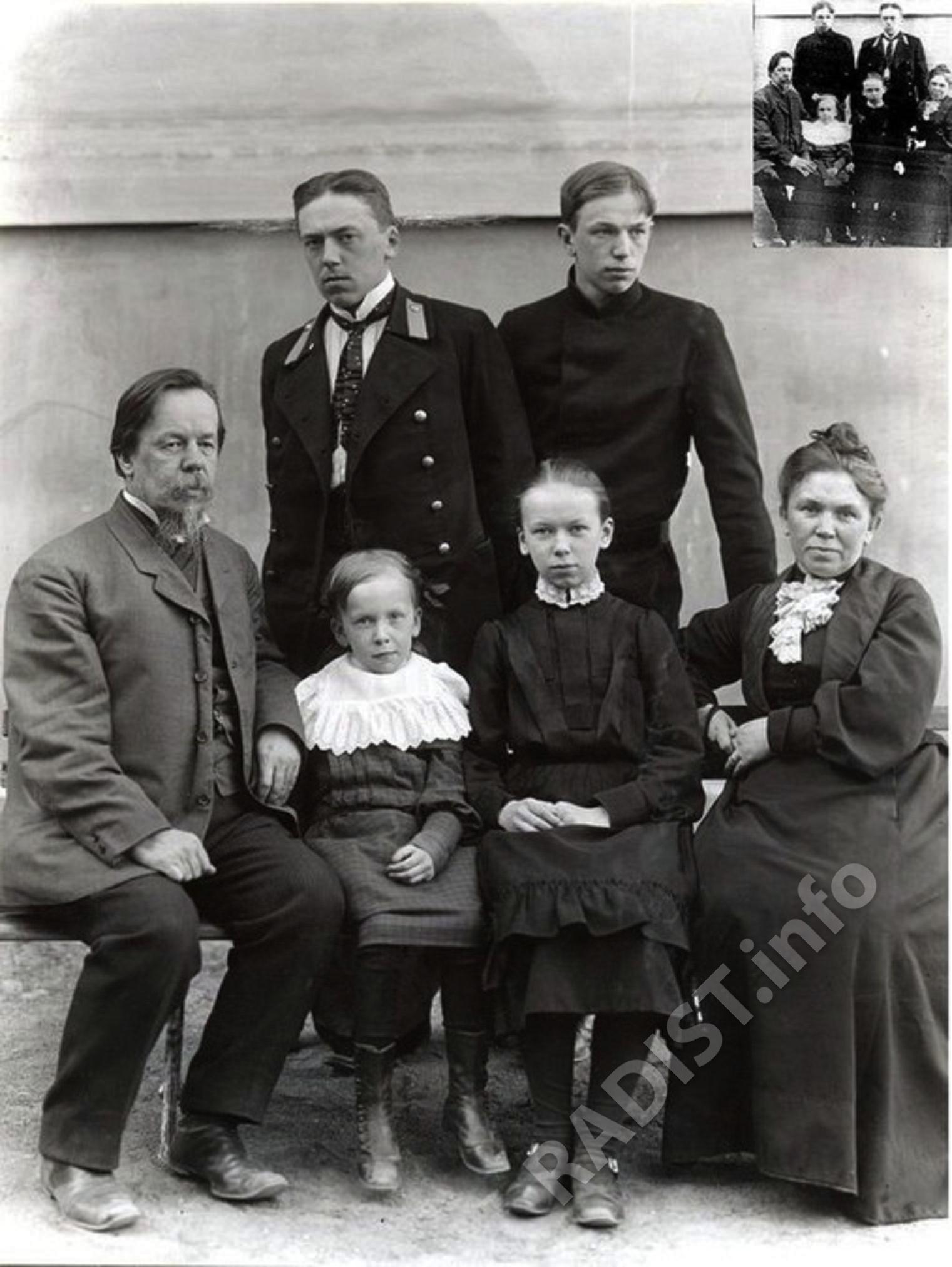 Последняя семейная фотография А.С. Попова. Во дворе электротехнического института в г. Санкт-Петербурге, 1905 г.