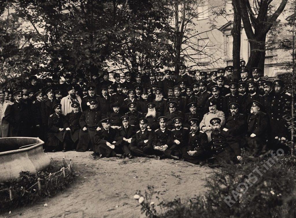 Слушатели и преподаватели Минного офицерского класса – в год его 25-летия, Кронштадт 1(13) октября 1899 г. Среди участников празднования А.С. Попов и П.Н. Рыбкин.