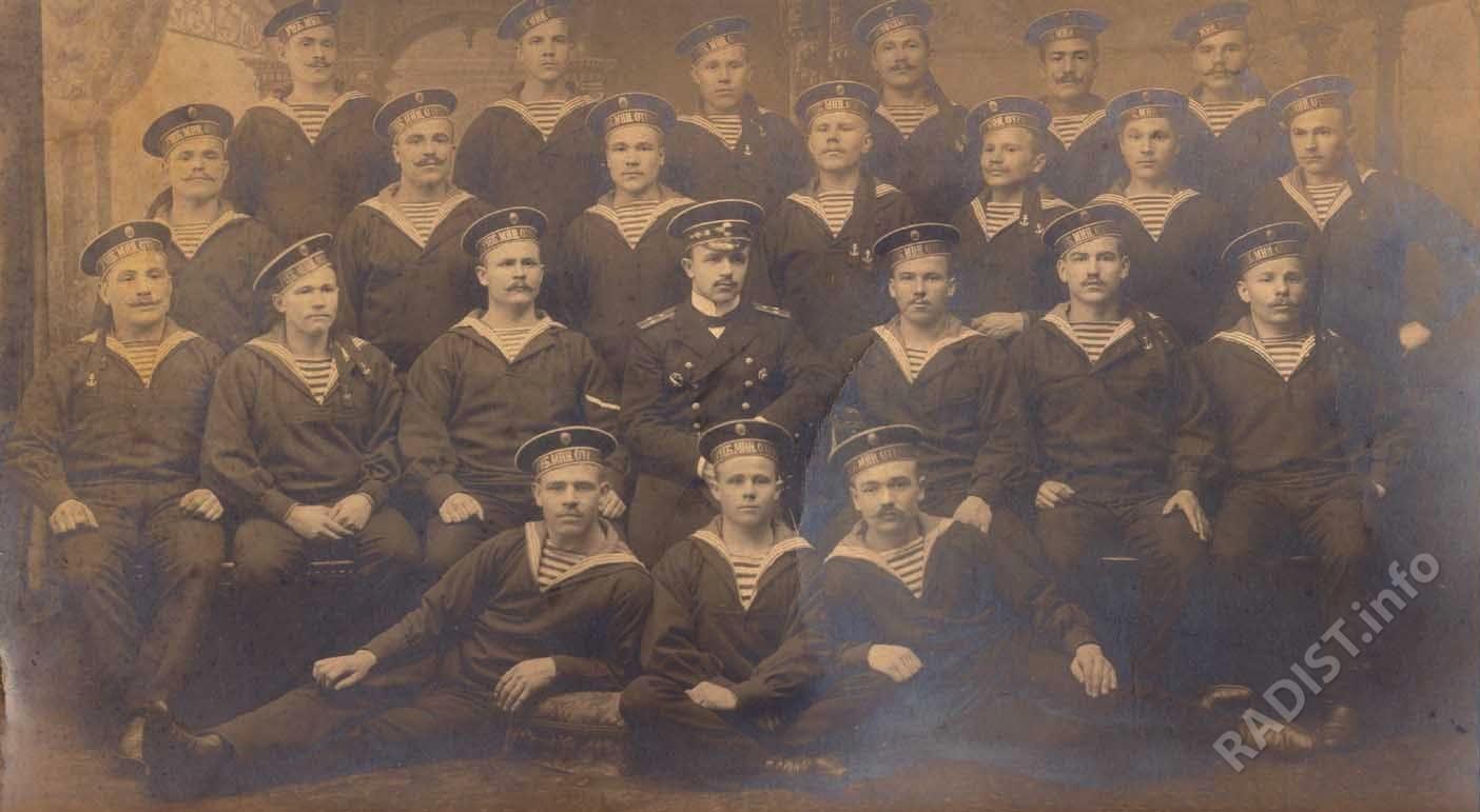 Курсанты учебного минного отряда Балтийского флота с преподавателем, г. Кронштадт