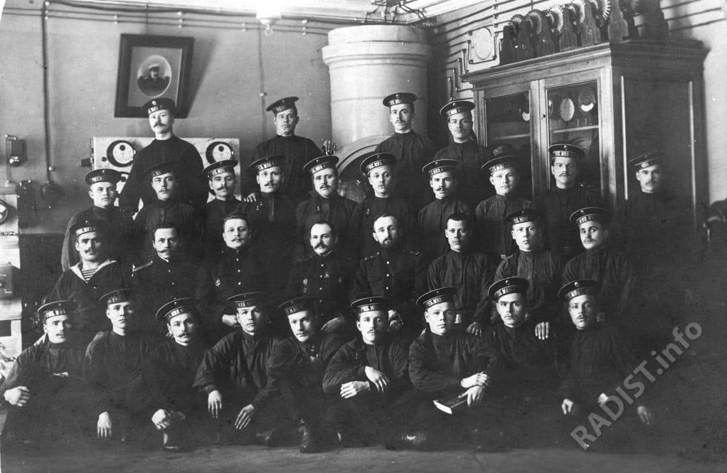 Курсанты учебного минного отряда Балтийского флота с преподавателями в Минном офицерском классе, г. Кронштадт