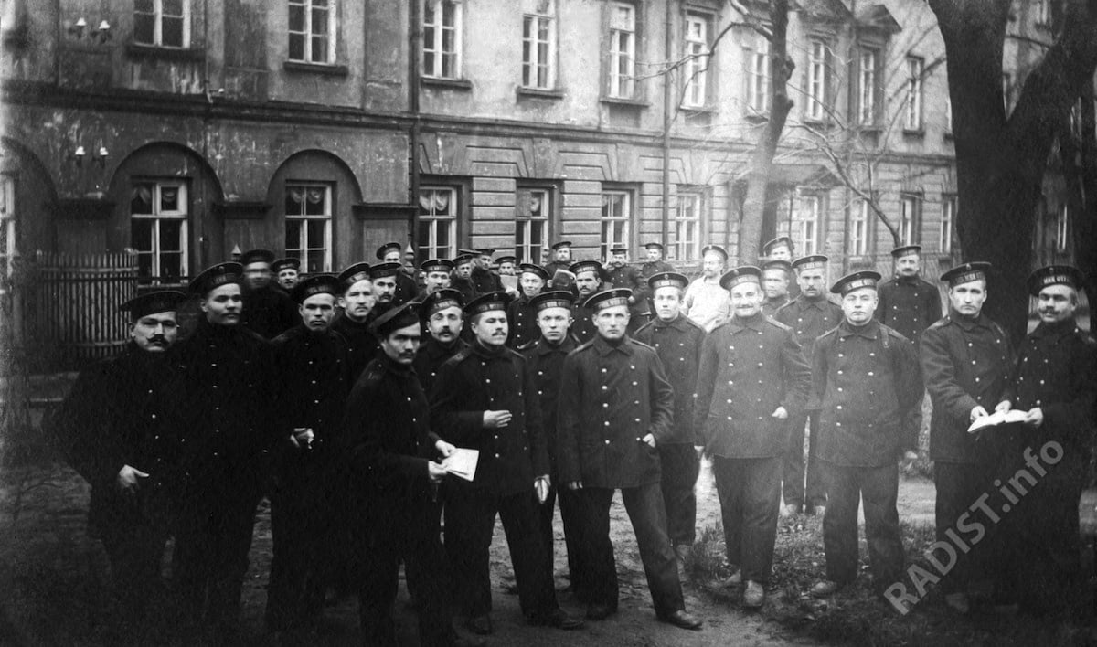 Курсанты Учебно-Минного отряда Балтийского флота в саду возле Минного офицерского класса. Кронштадт, 1912-1913 г.г.