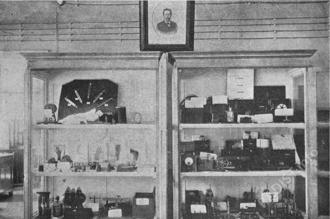 Витрина имени А.С. Попова в Минном офицерском классе
